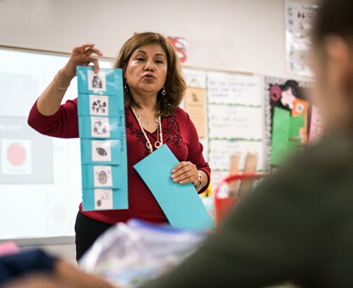lärare visar bilder gjorda i boardmaker