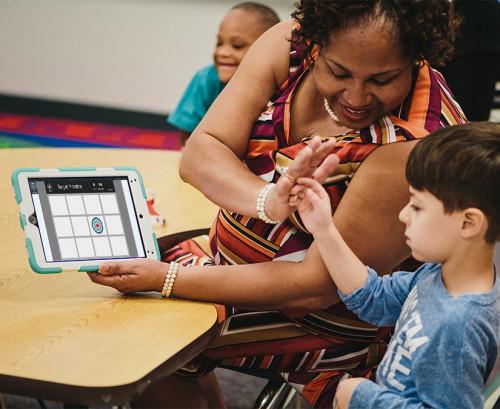 lärare och elev gör high five